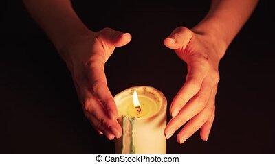candle., noir, avenir, concept, femmes, paranormal, sorcière, arrière-plan., voyant, prédiction, isolé, mysticisme, flamme, sur, mains