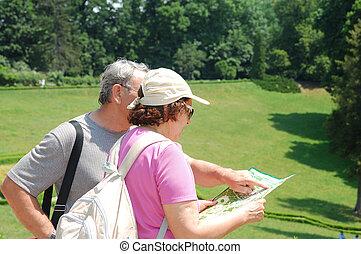 carte, couples aînés, touristes