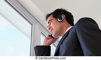 casque à écouteurs, quoique, regarder, appeler, homme, dehors