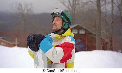 casque, resort., snowboard, fetes, homme, jeune, closeup, montagne, coup, porter, slowmotion, hiver, concept.