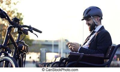 casque, vélo, ville, banlieusard, séance, banc, homme affaires, utilisation, smartphone.