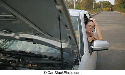 cassé, femme, triste, voiture
