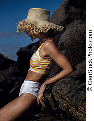 caucasien, bronzé, modèle, plage, femme, apprécier, crise, soleil, swimwear, jour été, style de vie
