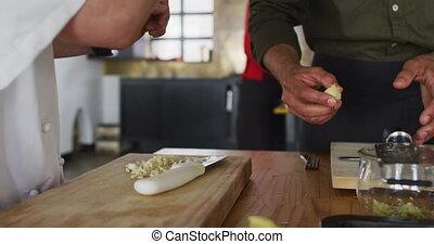 caucasien, divers, chef cuisinier femelle, groupe, enseignement