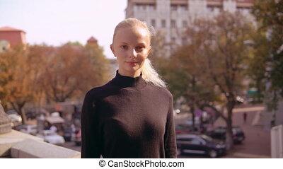 caucasien, femme, jeune, dehors
