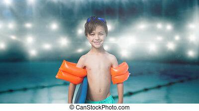 caucasien, garçon, animation, piscine, natation, sourire, troncs, sur