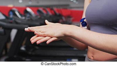 caucasien, gymnase, désinfecter, femme, mains, crise, section, mi, elle