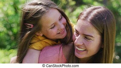 caucasien, mère, porter, portrait, jardin, fille, dos, elle