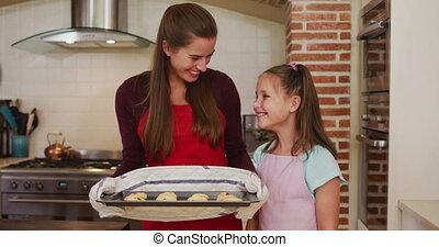 caucasien, mère, portrait, debout, fille, cuisine