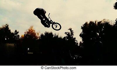 cavalier, montagne, lent, silhouette, exécuter, jump., mouvement, vélo, fps, 400, bmx, sport