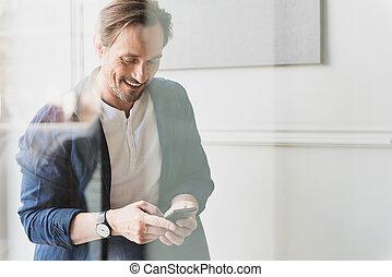 cellphone, fenêtre, homme affaires, heureux, messagerie