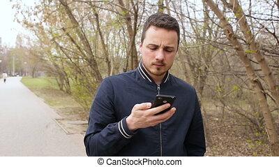 cellphone, homme, parc, jeune, conversation