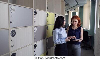 cells., bureau, stockage, deux, quelque chose, discuter, femmes
