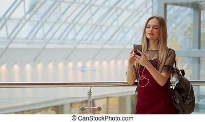 center., adolescent, photo, en-tête, conception, fille souriant, sacs, regarder, message, tenue, lecture, achats, heureux, site web, bon, achats, téléphone, horizontal, bannière, reçu, texting., quoique, nouvelles