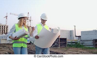centre, aller, debout, site., plan, homme affaires, discuter, architecte, femme, bâtiment, moderne, ils, constructeur, construction