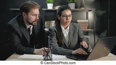 centre, bureau, collègues, ordinateur portable, business, deux, fonctionnement