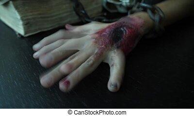 chain., lent, monstre, enchaîné, 4k, halloween., blessure, terrible, sanglant, mouvement, fer, main
