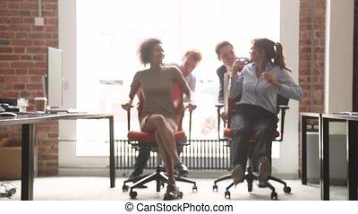 chaises bureau, ouvriers, multiculturel, rire, amusement, équitation, avoir, heureux