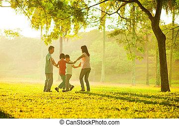 champ, heureux, famille asiatique, jouer