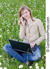 champ, ordinateur portable, herbe, parc, girl