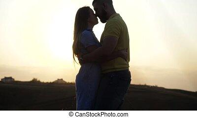champ, soir, date, spikelets., amants, horizon, couple, sunset., étreindre, ciel, contre, ouvert, air., baisers, romantique, deux, jeune, fin, mariés, vue, nature
