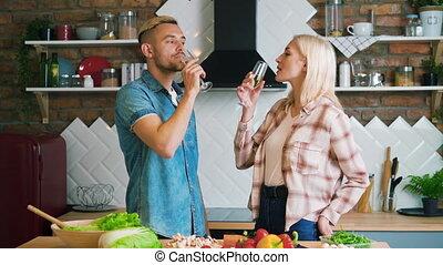 champagne, couple, chaque, cuisine, heureux, baisers, jeune, compagnie, maison, autre, apprécier, boire