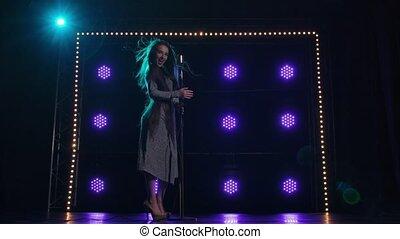 chante, beau, vue, lent, néon, lights., retro, écoulement, chanson, brillant, fond, contre, toile de fond, femme, robe, cheveux, chanteur, microphone., clair, femme, long, sombre, chant, étape, motion.