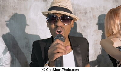 chante, chanteur, compagnie, actes, song., émotif, autre, africaine, close-up., mâle, musicians., il