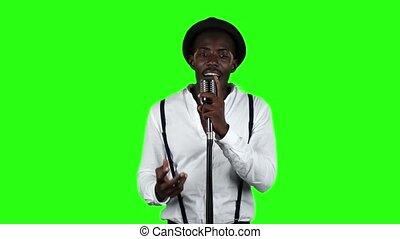 chante, chanteur, lent, autour de, danse, microphone, screen., him., rotation, vert, retro, mouvement