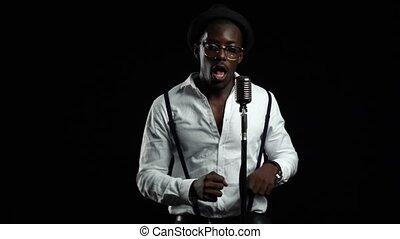 chante, chanteur, lent, danser., motion., microphone, haut, arrière-plan., américain, noir, africaine, fin, mâle