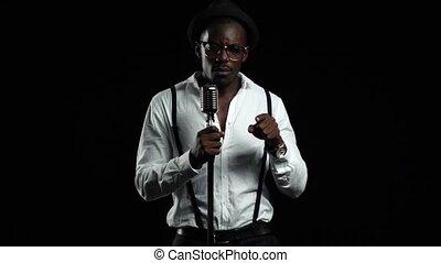 chante, chanteur, lent, microphone, dance., mouvement, arrière-plan., noir
