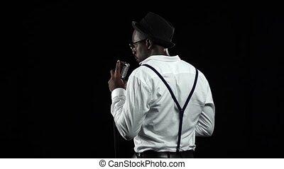 chante, chanteur, lent, motion., haut, dos, arrière-plan., noir, retro, fin, microphone., vue