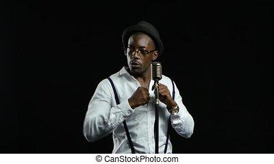 chante, chanteur, microphone, dance., américain, arrière-plan noir, homme africain