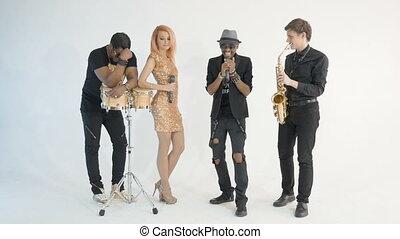 chante, emotionally., chanson, exécuter, quatre, arrière-plan., saxophone., musiciens, africaine, très, studio, blanc, jouer, homme