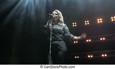 chanteur, chanson, fumée, étape, chante, lights., jeune, beau