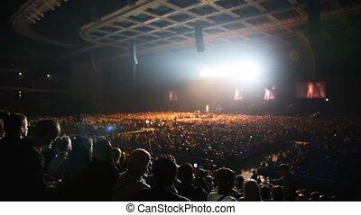 chanteur, concert, gens, lumière, asseoir, rayons, salle, regard