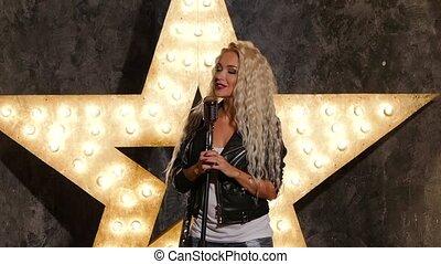 chanteur, femme, étoile, mouvement, arrière-plan., lent, blond, briller, microphone