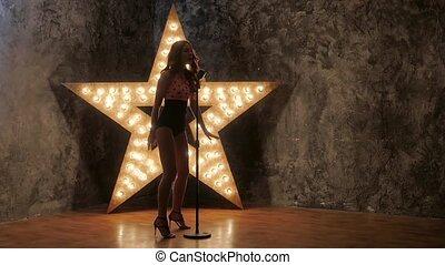 chanteur, femme, étoile, mouvement, arrière-plan., lent, dances., microphone, expression, briller