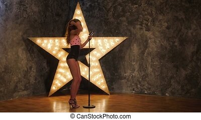 chanteur, femme, étoile, mouvement, arrière-plan., lent, dances., sexy, microphone, briller