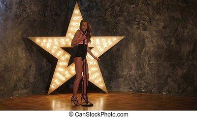 chanteur, femme, étoile, mouvement, arrière-plan., lent, dances., sexy, microphone, expression, briller