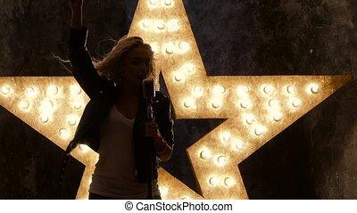 chanteur, femme, étoile, mouvement, microphone, arrière-plan., lent, sexy, silhouette, blond, briller