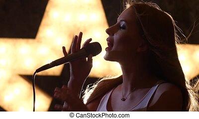 chanteur, femme, silhouette, haut, microphone, arrière-plan., fin, étoile, sexy, briller, vue côté
