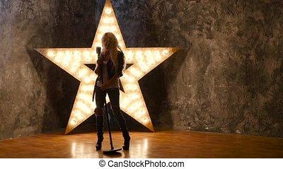 chanteur, lent, étoile, bouclé, mouvement, microphone, arrière-plan., dances., silhouette, girl, briller, cheveux