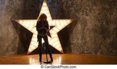 chanteur, lent, étoile, mouvement, arrière-plan., dances., silhouette, girl, briller, microphone
