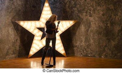 chanteur, lent, talent, bouclé, mouvement, microphone, arrière-plan., dances., silhouette, girl, briller, étoile, cheveux