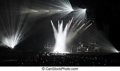 chanteur, regard, gens, lumière, scène, stand, rayons, salle, concert