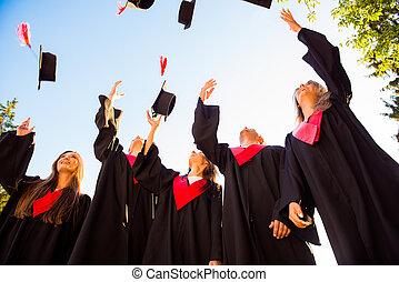 chapeaux, lancement, jeune, groupe, gradué, air, étudiants, heureux
