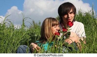 chaque, jeune, autre, sentir, baisers, girl, fleurs, homme