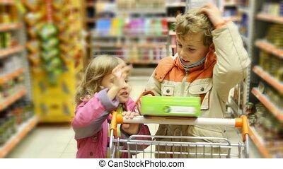 chariot, garçon, peu, marchandises, achats, boîte, supermarché, regarde, girl