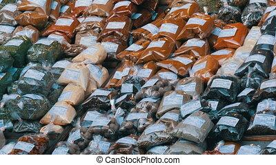 chaud, cilantro, austria., étiquettes, more., counter., divers, marché, safran, allemand, poivres, coût, épices, curcuma, doux, origan, houblon, vienne, thym